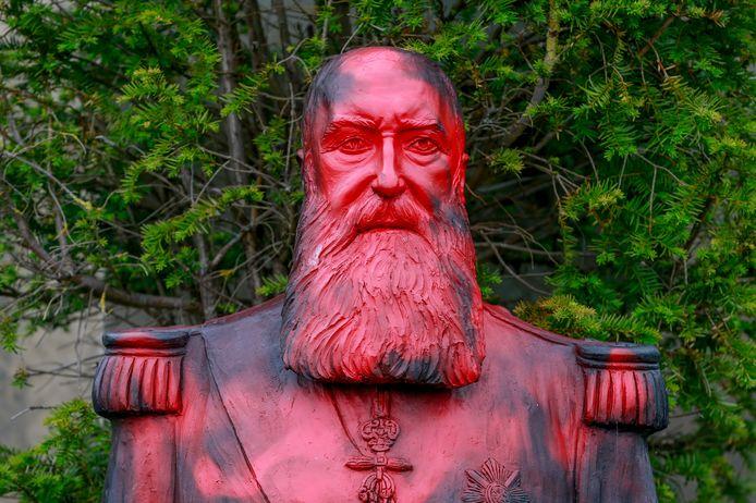 Het met verf bekladde standbeeld van koning Leopold II, die in zijn Congo-Vrijstaat een schrikbewind voerde, in de tuin van het Afrikamuseum in Tervuren. De eindtermen geschiedenis zullen in de toekomst ook basiskennis over het kolonialisme bevatten.