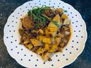 'Stil mijn honger' heet dit stevige stoofpotje van Carmen; met linzen, verse chorizo-worst, bloedworst en patatas bravas.