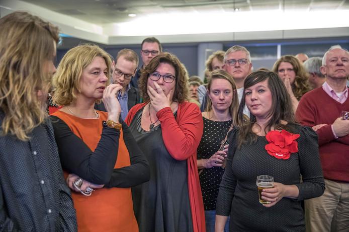 Eefke Meijerink (met hand voor de mond) op de voor de PvdA desastreus verlopen verkiezingsavond, afgelopen maart.