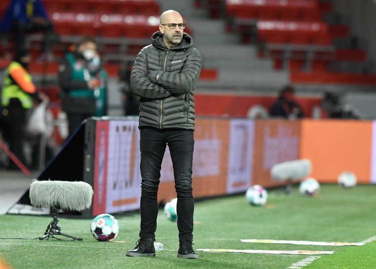 Leverkusen-trainer Peter Bosz staat lang de kant van het veld tijdens het duel met Bayern München. Zijn ploeg verloor en moest de koppositie afstaan. Beeld Bernd Thissen/dpa-pool/dpa