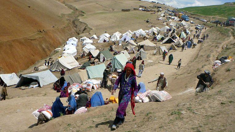 Burgers getroffen door de modderlawine wachten op hulp in de provincie Badakhshan.