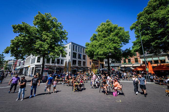 Vorig jaar mochten in de zomer de terrassen van de cafés op de Oude Markt  weer open.