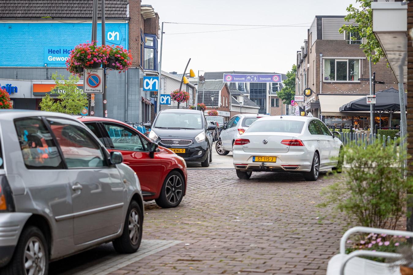 Verkeersdrukte in de Dorpsstraat.