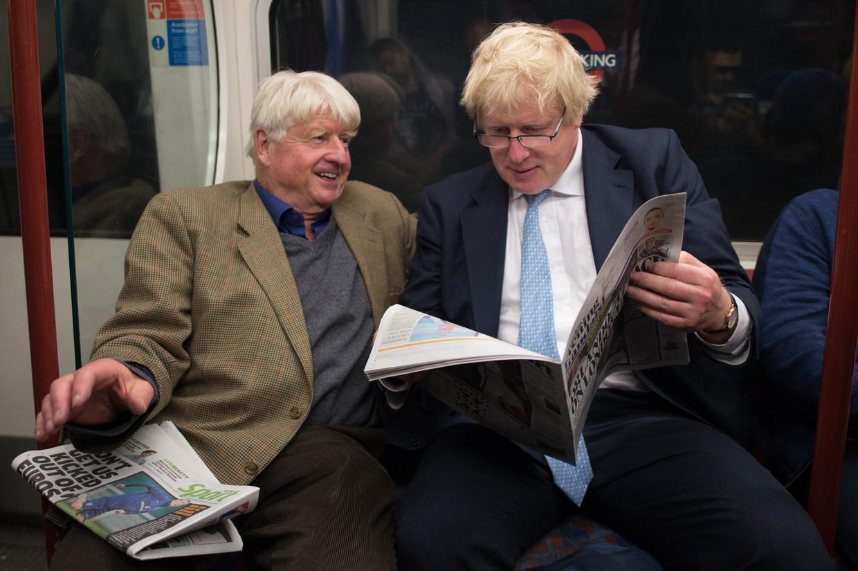 Boris Johnson met zijn vader Stanley in de Londense metro. Beeld BELGAIMAGE