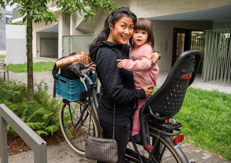 Hoa Truong (42) moet noodgedwongen een nieuwe school zoeken voor dochtertje May-Isa (2,5), die in september naar het instapklasje van basisschool Zuidzin zou gaan. Beeld Joel Hoylaerts / Photo News