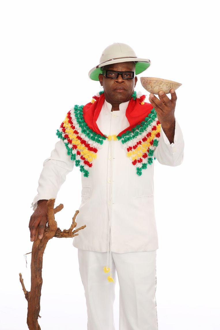 Wasmasjien-zanger Edgar Burgos: 'In Nederland zingen mannen: 'De lucht is blauw, ik hou van jou'.' In Suriname zeggen we: 'Hé schatje, zullen we een beetje gaan dansen?''  Beeld Raul Neyhorst.