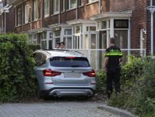 BMW-rijder ziet rotonde over het hoofd en boort zichzelf in voortuin