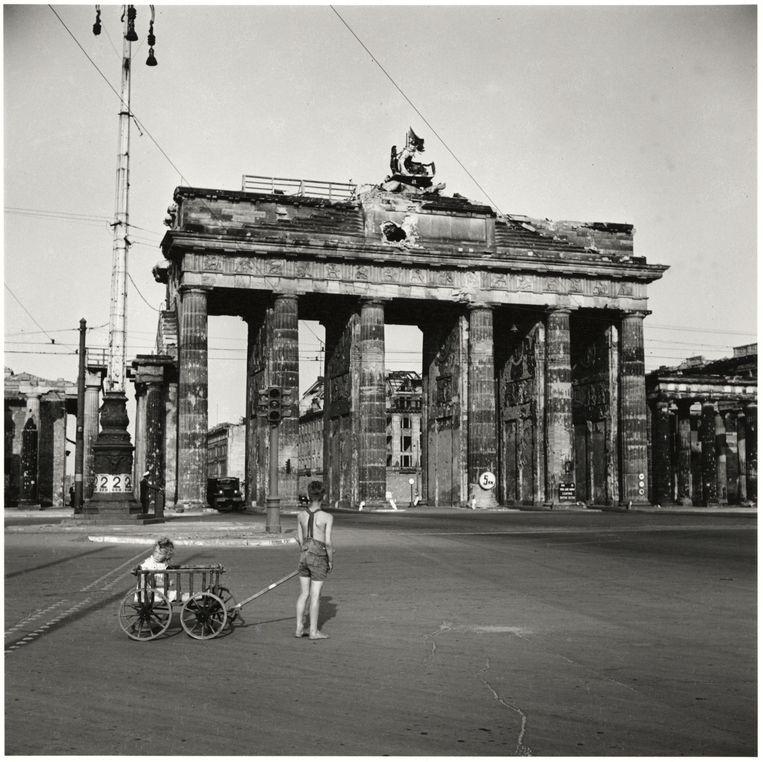 Jongen met bolderkar voor de Brandenburger Tor, Berlijn, 1947. Beeld Chim (David Seymour) / Magnum Photos Courtesy Chim Estate