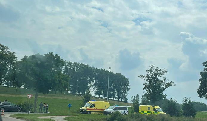 Twee personen zijn lichtgewond geraakt bij een botsing aan de Baverstraat.