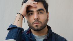 """""""België, vang meer vluchtelingen op. Ze hebben ook dromen"""": Abdulazez (21) uit Syrië stelt beelden afgebrand kamp Moria op Lesbos tentoon"""