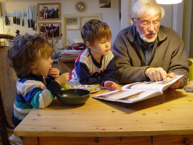 Evert van Uitert met kleinkinderen Beeld