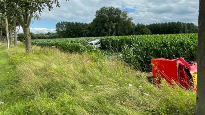 Merkwaardig ongeval langs Grote Steenweg: wagen overkop na botsing tijdens inhaalmanoeuvre