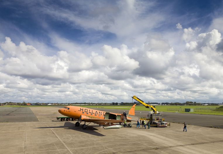 Opbouw Dakota op voormalig vliegveld Valkenburg om te figureren in Soldaat van Oranje. Beeld anp