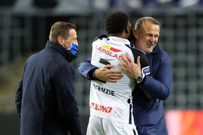 Felicitaties van coach John van den Brom voor Mark McKenzie na de belangrijke zege tegen Anderlecht.