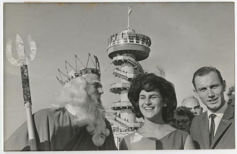 September 1963: De Scheveningse Pier ontvangt de vijf miljoenste bezoeker. De zeegod Neptunus ontving de gelukkige Ingrid de Meijer uit Haarlem, die samen met haar verloofde Louis Thorig de pier bezocht. Beeld anp