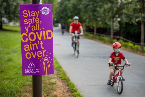 Een waarschuwingsbord in Atlanta, Georgia, dat het 'coronagevaar' nog niet voorbij is.
