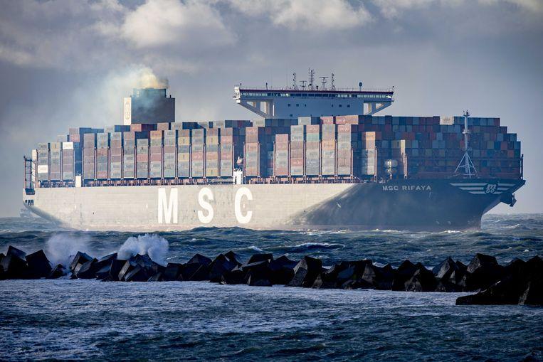 Containerschip MSC Rifaya komt aan in de haven van Rotterdam. Het was het eerste schip dat er aanmeerde nadat het had vastgezeten in het Suezkanaal.  Beeld ANP