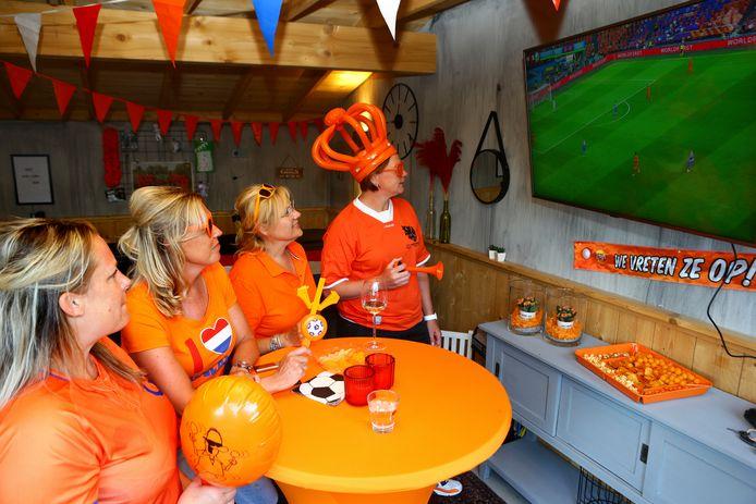 Hennie Kool met vriendinnen Karlijn, Dianne en Bianca.