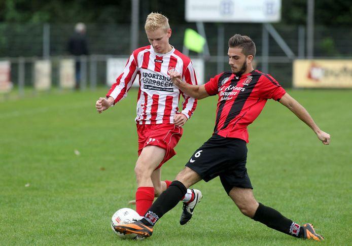 Stephan van de Water (l) trekt volgend seizoen weer het shirt aan van jeugdliefde Rood Wit'62.