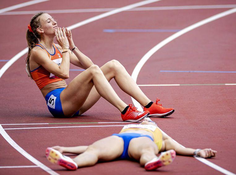 Femke Bol na het behalen van de bronzen plak op de 400 meter horden bij de Olympische Spelen. Beeld ANP