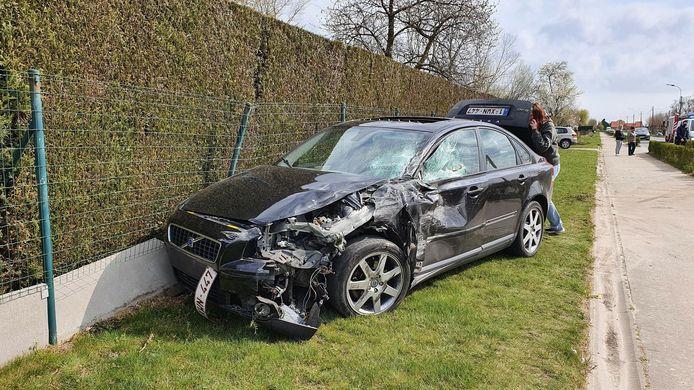 De bestuurder van het voertuig raakte gewond maar verkeert niet in levensgevaar.