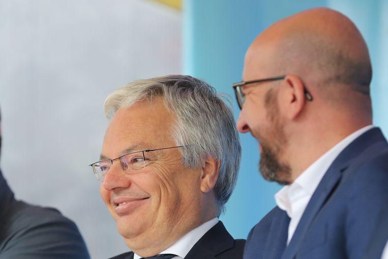 Charles Michel (r.) met minister van Buitenlandse Zaken en Defensie Didier Reynders gisteren in Plopsa Coo. Beeld BELGA