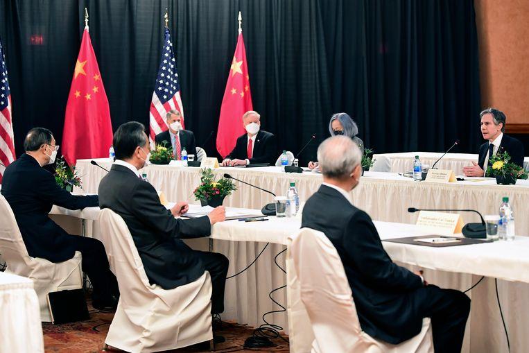 De Amerikaanse minister van buitenlandse zaken Antony Blinken (rechts) spreekt met de Chinese delegatie tijdens de topontmoeting in Alaska. Beeld AP