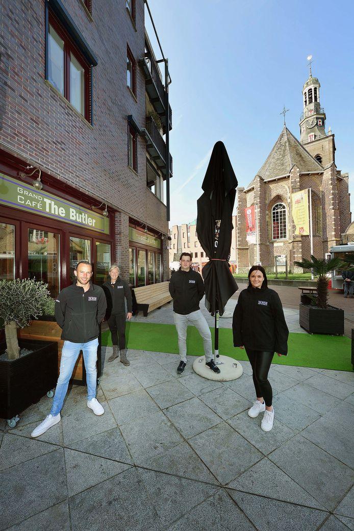 Op het toekomstige terras van The Butler in Etten-Leur horecamensen Gijs Wullems, Daisy Kerhoffs, Femke Willemsen en Jessy Pertijs. Ze zijn er (bijna) klaar voor om weer gasten te ontvangen.