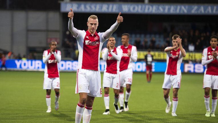 Invaller en maker van de eerste goal Mike van der Hoorn (L) van Ajax viert de overwinning met zijn ploeggenoten. Ajax won met 2-0 van Excelsior. Beeld ANP