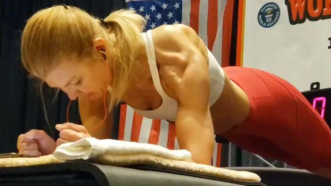 Vrouw 'plankt' 4 uur lang en breekt wereldrecord