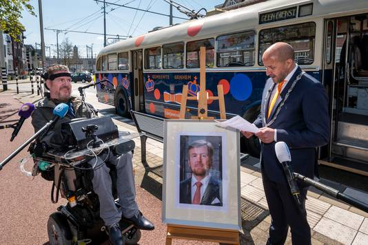 Dick Cochius wordt toegesproken door burgemeester Ahmed Marcouch van Arnhem.