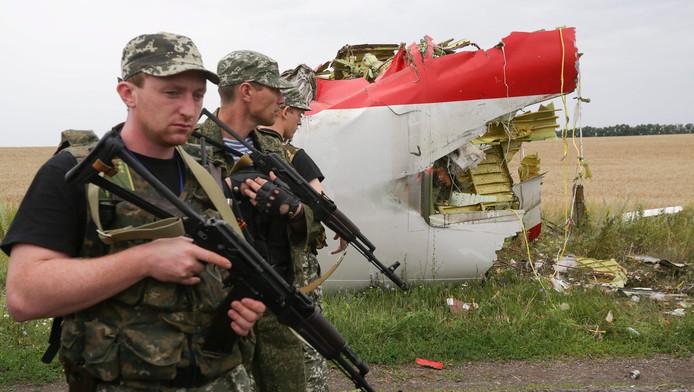 Gewapende pro-Russische militanten bij resten van de MH17-vlucht.