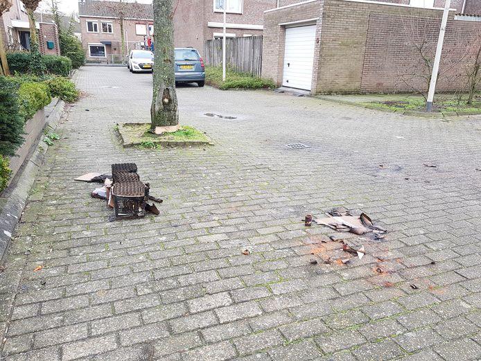 Van de nieuwjaarsnacht in Kalsdonk zijn alleen wat vuurwerkresten over. Het schietincident heeft weinig indruk op de buurt gemaakt.