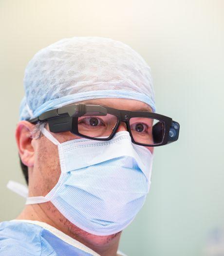 Met deze superbril van de chirurg kunnen talloze ogen op afstand een operatie volgen