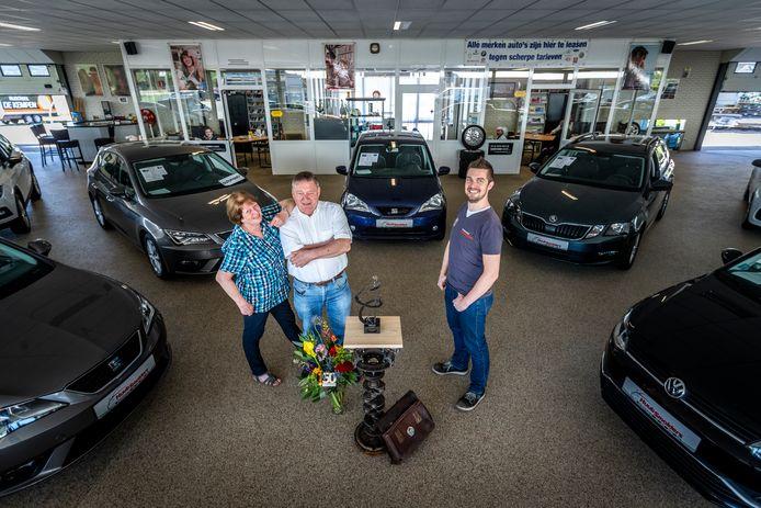 Huub, Carla en hun zoon Rob Smolders in hun autobedrijf dat deze maand 50 jaar bestaat.