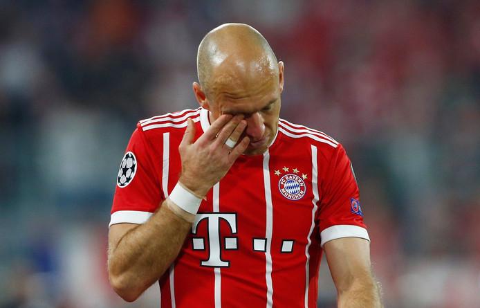 Arjen Robben treurt nadat hij uitvalt tegen Real Madrid.