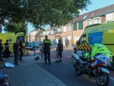 Scooter knalt op parkerende auto in Zutphen: twee gewonden