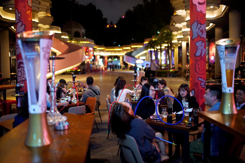 Een bar in Shanghai, waar mensen afgelopen week ongehinderd een biertje konden drinken.  Beeld REUTERS