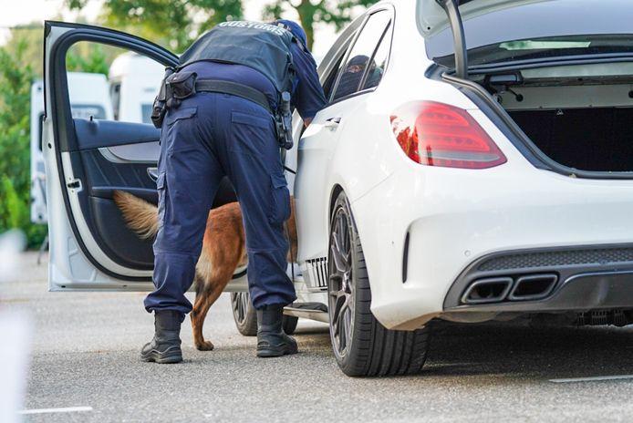 Ook de politiehond hielp een handje mee.