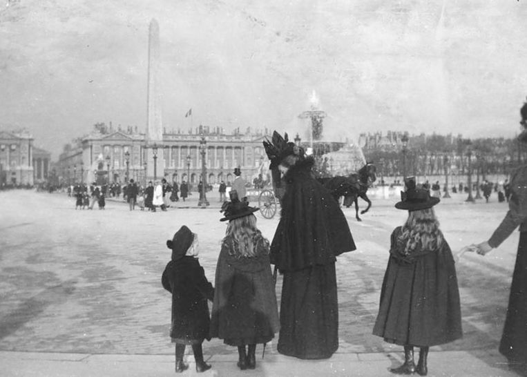 Evenepoel schilderde vaak familie en vrienden. Hier zijn nicht Louise en haar drie kinderen met het dienstmeisje op Place de la Concorde in 1898. Beeld KMSKB-AHKB Cliché KIK-IRPA