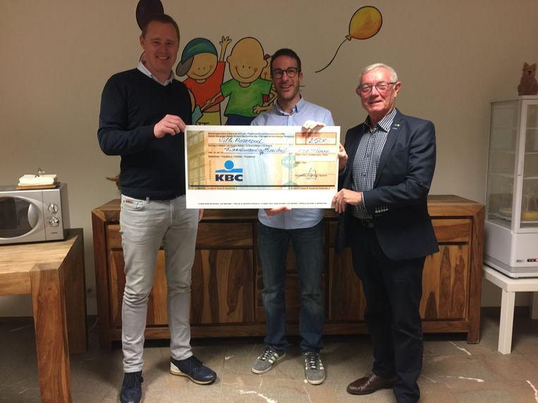 Bram Haerhout en Willy Moeyaert geven een cheque aan Mohsen Zagheden
