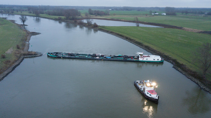 Vrachtschip IJsselstroom is vastgelopen op de IJssel. Het schip ligt overdwars op de rivier waardoor de hele rivier is gestremd voor scheepvaartverkeer.