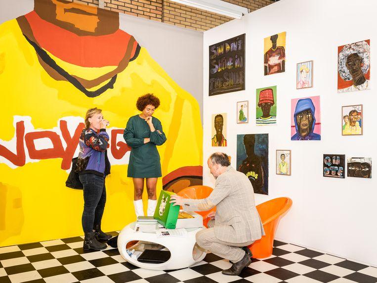 De opening van de zomereditie van Art Rotterdam in de Van Nelle Fabriek in Rotterdam. De stand van galerie Van Zijll Langhout, midden op de foto kunstenaar Iriée Zamblé Beeld Simon Lenskens