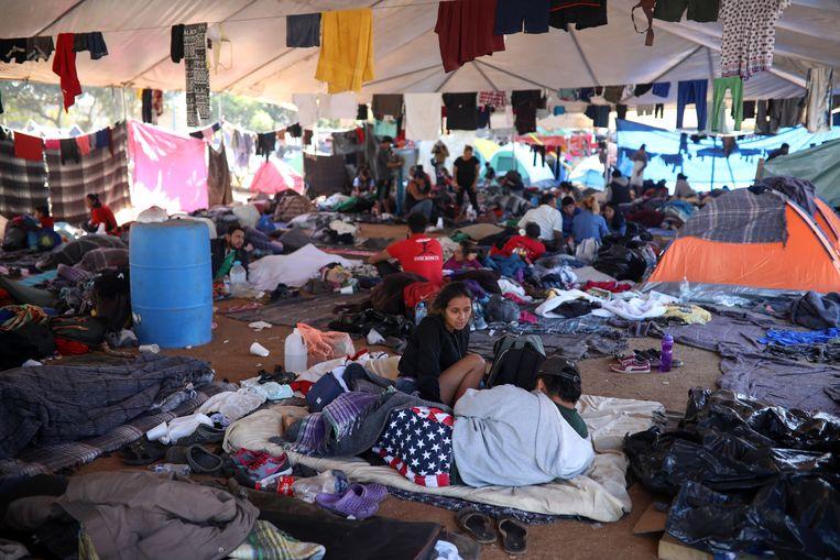 Een aantal Centraal-Amerikaanse migranten in hun tentenkamp bij de grens van Tijuana, Mexico. Beeld Felix Marquez