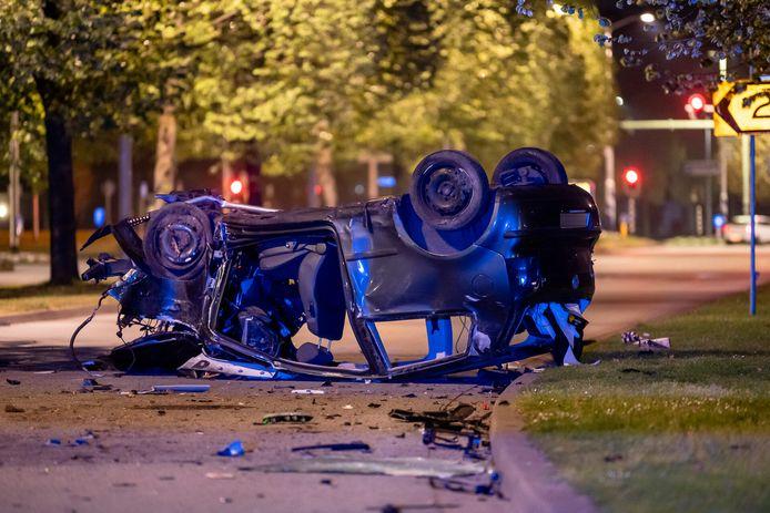 Automobilist zwaargewond na frontale botsing tegen boom in Tilburg.