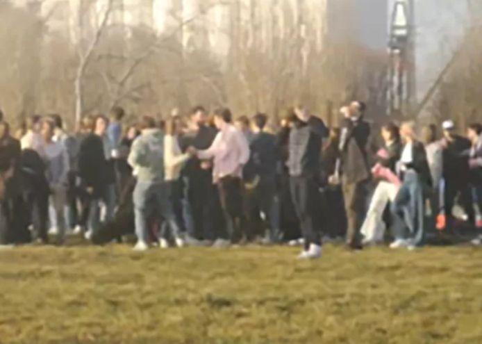 De nombreux jeunes se sont rassemblés samedi dans le Droogdokkenpark, à Anvers.