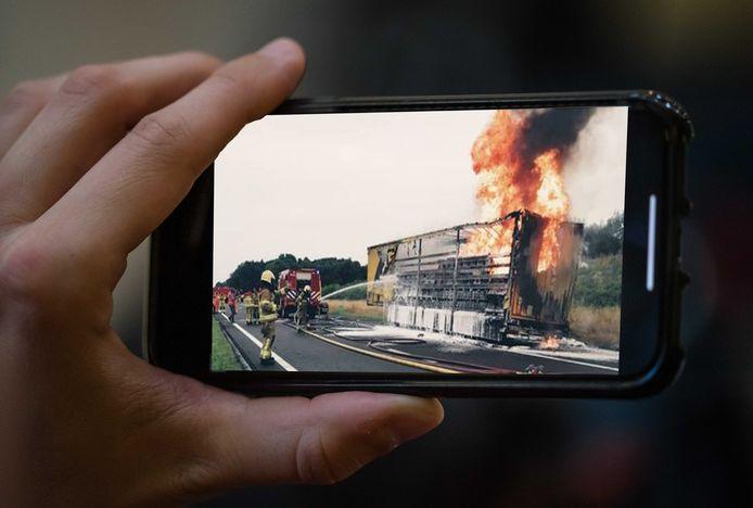 Passerende automobilisten filmden tijdens het rijden de brandende vrachtwagen op de A50 bij Apeldoorn.