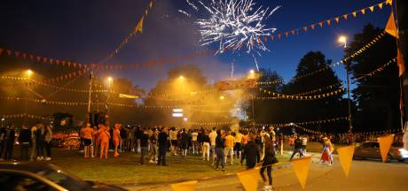 Feeststemming op Oranjerotonde in Apeldoorn met honderden supporters