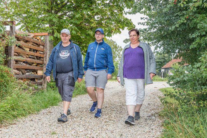 De 21-jarige Niels Harthoorn uit Ovezande heeft een bijzondere vorm van longkanker. Dagelijks maakt hij 10.000 stappen om geld in te zamelen voor onderzoek. Hier is hij met zijn ouders William en Annemieke op pad in de Zwaakse Weel.