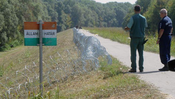 Aan de grens van Hongarije wordt doorgewerkt aan een hekwerk dat het land afsluit.